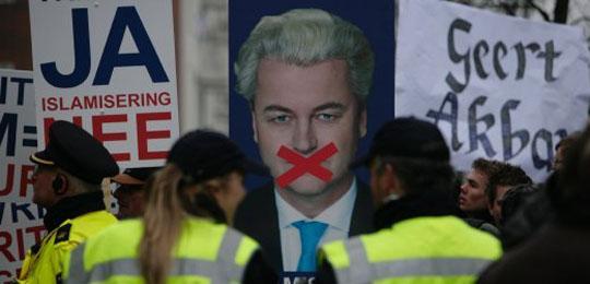 Plus de 200 sympathisants de Geert Wilders ont manifesté leur soutien au député d'extrême droite devant le tribunal d'Amsterdam.