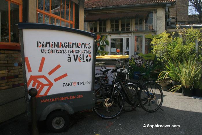 L'un des huit vélos électriques de l'association Carton Plein sur le site des Grands Voisins, à Paris.