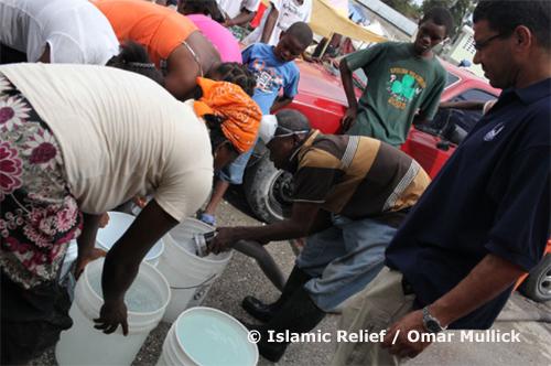 Distribution d'eau pour des personnes déplacées.