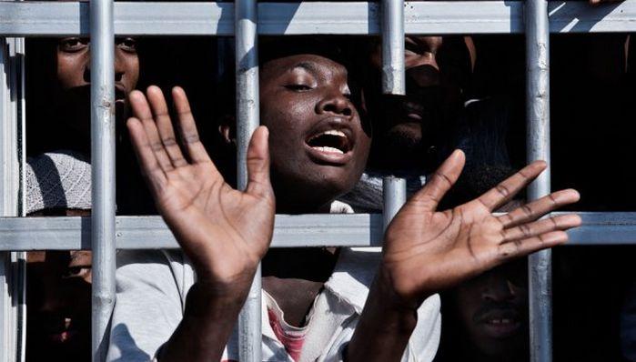 Un migrant derrière les barreaux d'un centre de détention en Libye, le 31 janvier 2017. © UNICEF / Romenzi