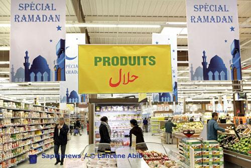 Stands de produits halal et spécial Ramadan (septembre 2008), à l'hypermarché Leclerc de Vitry-sur-Seine (94).
