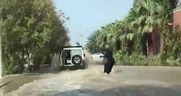 Arabie Saoudite : quand une femme fait du wakeboard dans une ville inondée (vidéo)