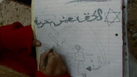 Image du film « Gazastrophe » : une enfant, devenue orpheline, raconte le bombardement israélien sur la maison familiale.