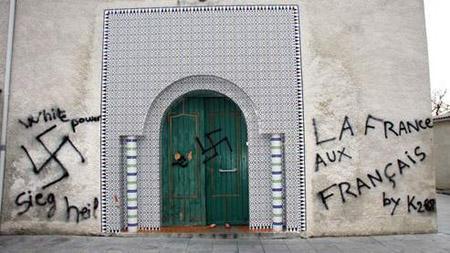 Inscriptions racistes et croix gammées à l'entrée de la Grande Mosquée de Saint-Étienne (février 2010) : sursauts islamophobes contre la deuxième religion de France.