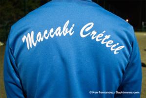 Le club de la communauté juive de Créteil affiche fièrement ses couleurs sur les survêtements des joueurs.