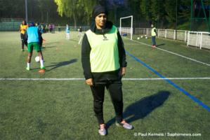 Loubna, 28 ans, s'est mise au football cette année. Elle a choisi de jouer en portant le voile islamique.