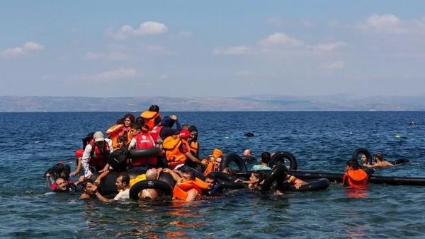 Des réfugiés afghans et syriens en difficulté au large de l'île de Lesbos, en Grèce. © UNHCR/Ivor Prickett