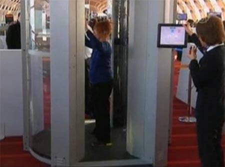 Scanner corporel, à l'aéroport Roissy-Charles-de-Gaulle.