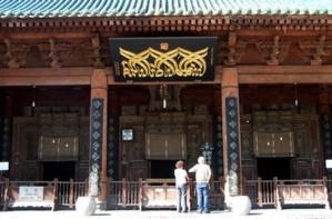 L'entrée de la salle de prière de la mosquée.