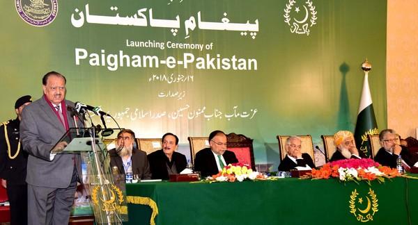 Une fatwa condamnant les attentats-suicides a été dévoilée mardi 16 janvier par le président pakistanais Mamnoon Hussain (débout à l'image).