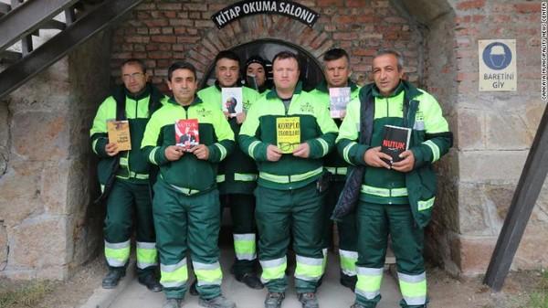 Des éboueurs d'Ankara, en Turquie, ont ouvert une bibliothèque en amassant des livres jetés dans les poubelles afin de leur offrir une seconde vie. © Municipalité de Cankaya
