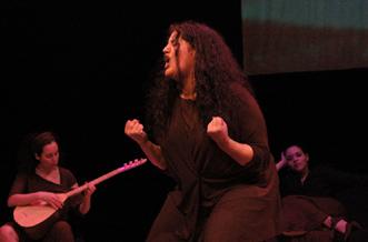 Les Monologues voilés : trois comédiennes et une musicienne (dé)livrent la parole féminine.
