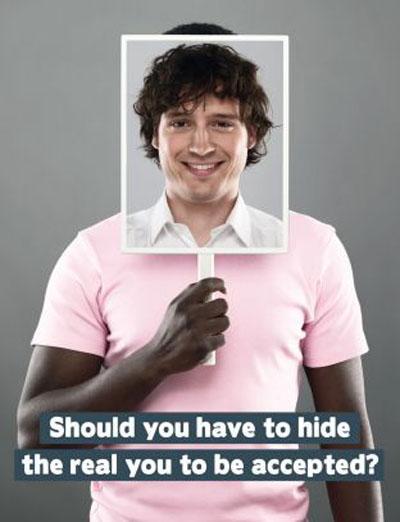 Affiche d'une campagne publicitaire néerlandaise contre les discriminations. Son slogan : « Devriez-vous vous cacher pour être accepté ? »