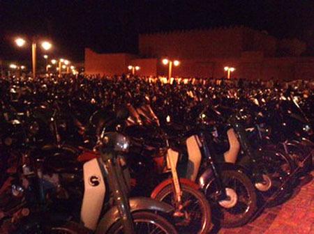 Début Ramadan 2009.  Du jamais vu au Maroc : des milliers de scooters garés sur la place de la Mosquée Koutoubia, à Marrakech.