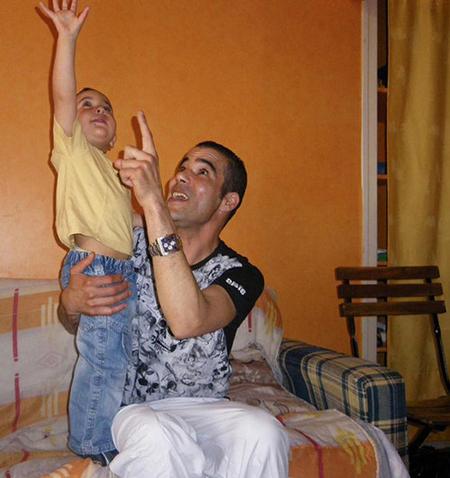 Saïd Bourarach accompagné de son fils, aujourd'hui âgé de 3 ans.