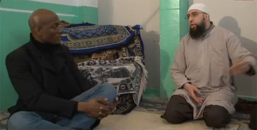 Harry Roselmack et cheikh Salim Abou Islam, imam à la mosquée Ibn Baz de Marseille et un des principaux protagonistes du documentaire.