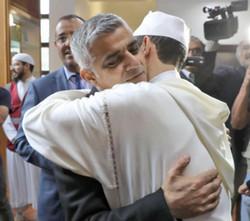 Sadiq Khan à la mosquée Al Manaar de Londres lors de la journée Visit My Mosque. © Sadiq Khan/Twitter