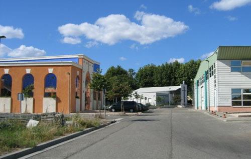 La mosquée Ar-Rahma d'Istres (à gauche sur la photo) a été sciemment visée par les tirs, dans la nuit du 24 au 25 avril 2010. L'église protestante évangélique, à proximité (au fond sur la photo), n'a pas été touchée.