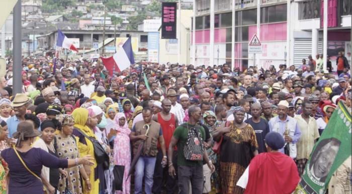 L'île de Mayotte est plongée depuis le 20 février dans une grève générale contre l'insécurité et l'immigration clandestine, poussant des milliers de personnes à manifester dans les rues. © Nouvelles de Mayotte