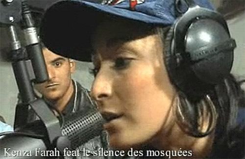 Copie d'écran d'une vidéo tournée pour un live de Kenza Farah chantant « Cris de Bosnie », avec deux membres du Silence des mosquées, sur Skyrock.