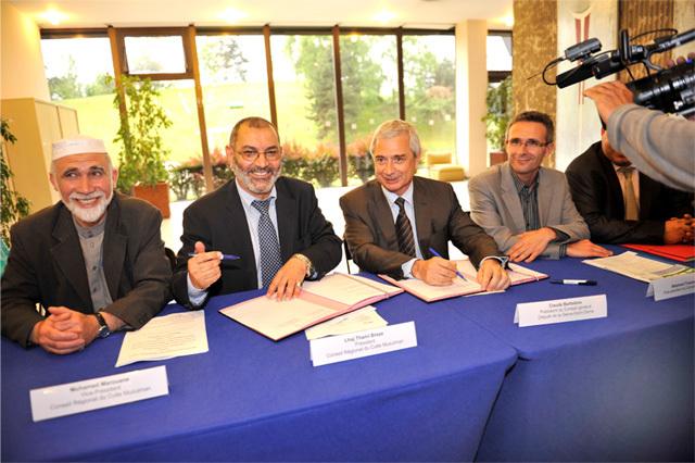 La signature de la convention entre Lhaj Thami Breze (à g.), président du CRCM Ile-de-France, et Claude Bartolone (au centre), président du Conseil général du 93, en présence notamment de son vice-président Stéphane Roussel (à dr.).