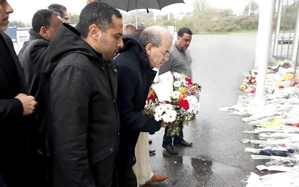 Une délégation de l'Union des mosquées de France (UMF), conduite par son président Mohammed Moussaoui et rejoint par des imams et aumôniers de la région de l'Aude, a déposé une gerbe de fleurs devant le Super U de Trèbes en mémoire aux victimes des attentats du 23 mars. © UMF