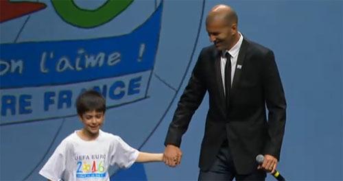 Zinedine Zidane et un jeune ambassadeur sont venus défendre les couleurs de la France,  à Genève, devant l'UEFA.