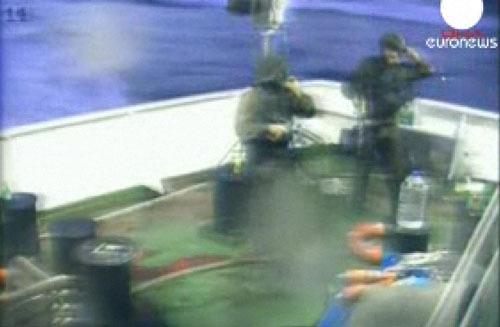 Des soldats israéliens prennent d'assaut un des bateaux de la Flotille internatiionale pour la liberté. (copie d'écran d'Euronews)