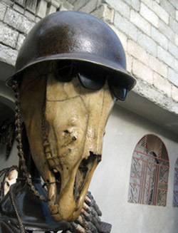 « Soldat », sculpture de José Delpé (détail : casque de métal, lunettes noires, crâne de cheval).