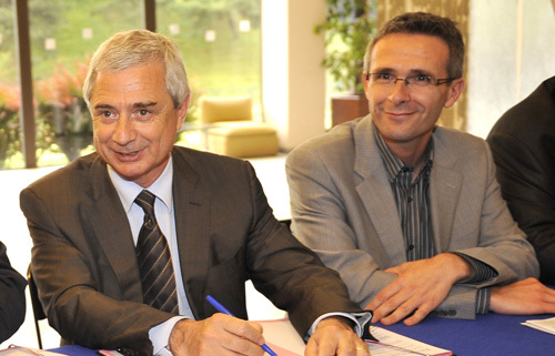 Claude Bartolone (à g.), président du Conseil général de Seine-Saint-Denis, et Stéphane Roussel, vice-président, lors de la signature de la convention pour le prêt d'un terrain dans le Parc de La Courneuve, durant les trois jours de l'Aïd el-Kébi