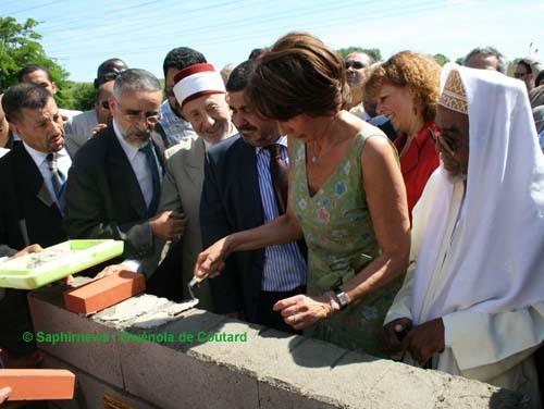 Mosquée de Roissy-en-Brie, 5 juin 2010 : Cheikh Saïd Ramadan Al Bouti, Mohamad Nasereddine (président de l'ACMRB), Chantal Brunel (députée UMP de Seine-et-Marne) et Sylvie Fuchs (maire PCF de Roissy-en-Brie) posent chacun une brique.