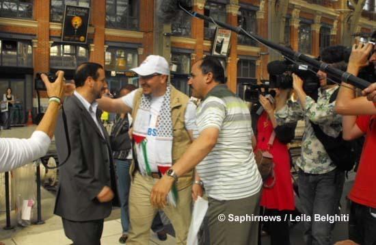 Mouloud Bouzidi (au centre), rescapé de la Flottille et membre du CBSP, accueilli par une foule de sympathisants à son arrivée à la gare de Lille.