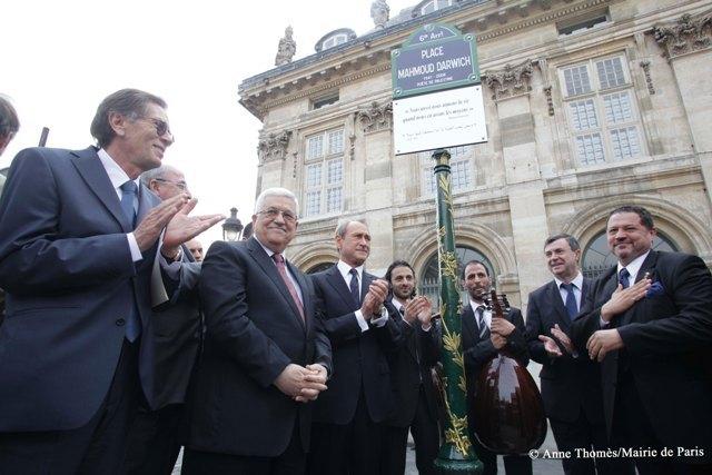 La place Mahmoud-Darwich a été inaugurée lundi 14 juin, quai Malaquais, à Paris, en présence, entre autres, de Mahmoud Abbas et de Bertrand Delanoë.
