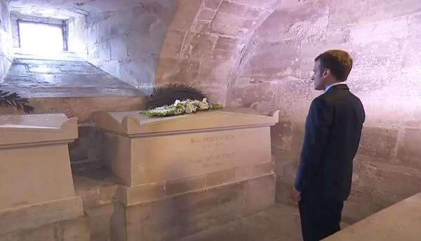 Emmanuel Macron s'est rendu au Panthéon vendredi 27 avril, à l'occasion du 170e anniversaire de l'abolition de l'esclavage. Ici devant le devant le caveau de Victor Schoelcher.