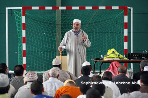 La prière du vendredi. Ici, au gymnase des Chênes, en attendant la construction de la Grande Mosquée de Cergy (Val-d'Oise).