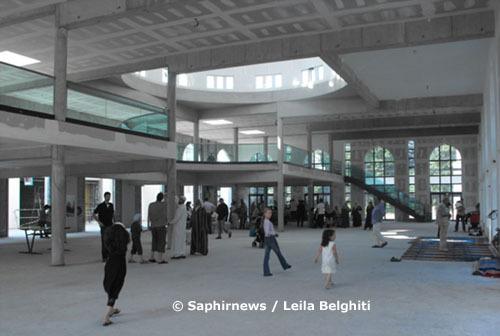Vue d'intérieur de la future mosquée de Villeneuve-d'Ascq. Les familles sont venues en nombre pour la visite du chantier, dimanche 17 juin 2010.