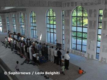 C'est l'heure de la prière : les fidèles improvisent avec quelques tapis et se rangent derrière l'imam.