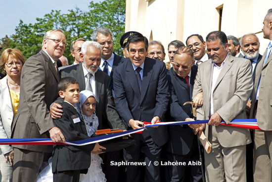 Pour la première fois sous la Ve République, un Premier ministre venait inaugurer une mosquée de France, à Argenteuil, ce lundi 28 juin. Même s'ils saluent cette initiative, les musulmans de France restent dubitatifs.