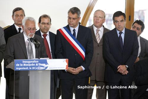 Philippe Doucet (au centre), maire d'Argenteuil, lors de l'inauguration de la mosquée Al-Ihsan, le 28 juin 2010, aux côtés d'Abdelkader Achebouche (à g.), responsable de la mosquée, et de François Fillon, Premier ministre.