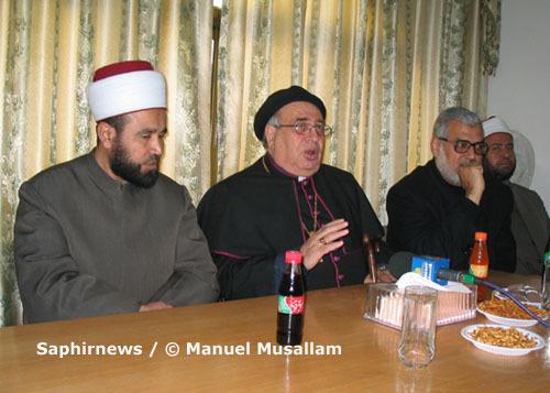 Manuel Musallam, curé de Gaza, entouré du mufti de Gaza cheikh Muhammad Nejim (à g.) et de cheikh Said Baraka de Gaza.