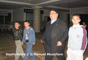 Manuel Musallam en visite à la mosquée Dar Al-Quran & Sunna, à Gaza, près de l'école de La Sainte Famille.