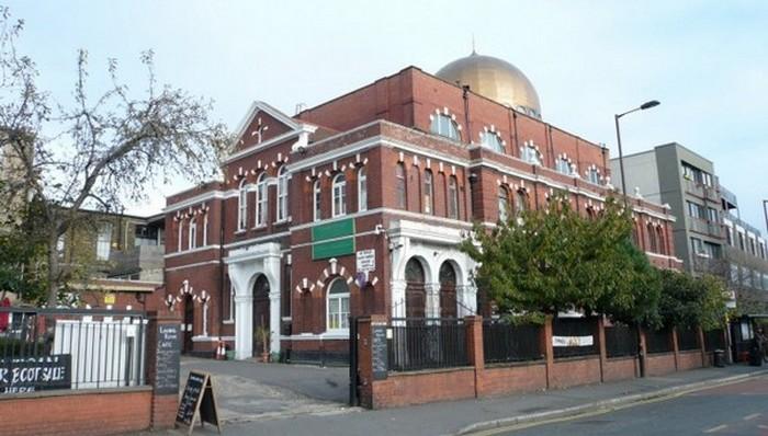 La mosquée de Shacklewell Lane, à Londres, est la première mosquée turque de Grande-Bretagne, ouvert depuis 1977. Elle est aussi la première à accepter les dons en crypto-monnaies type Bitcoin.
