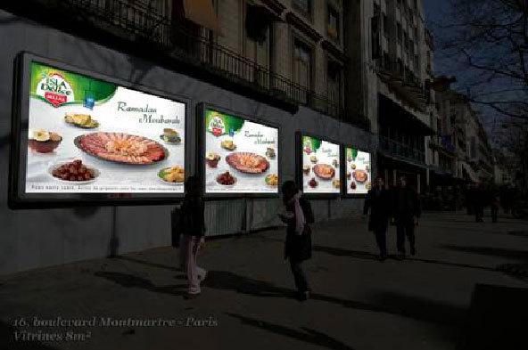 Dès la tombée de la nuit, à la rupture du jeûne, l'affiche laisse apparaître une table dressée avec les plats typiquement consommés au soir de Ramadan. Sur ce visuel, la marque Isla Délice souhaite « Ramadan Moubourak».