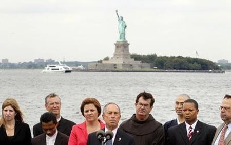 Michael Bloomberg, le maire de New York (au centre), a une fois de plus défendu le projet « Maison Cordoba », début août.