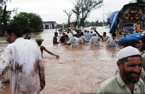 Le Pakistan sous l'eau en deuil en plein Ramadan