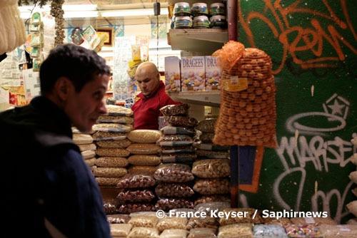 Fruits secs, dattes, olives…, les commerçants de Marseille se mobilisent pour le mois de Ramadan, durant lequel le chiffre d'affaires augmente d'environ 30 %.