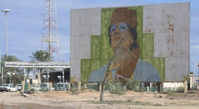 Portrait de Mouammar Kadhafi à l'entrée en Libye, à Ras Jedir, en novembre 2008. (Photo : JPRoger)