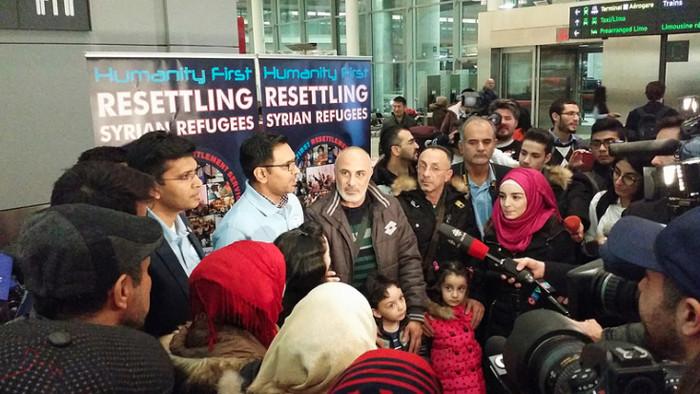 Accueil de la première famille de réfugiés syriens, à l'aéroport de Toronto (Canada), en décembre 2015. (photo : Domnic Santiago)