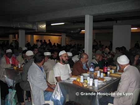 Repas de rupture du jeûne organisé par la Grande Mosquée de Lyon. Le budget de l'iftar distribué à la Grande Mosquée est compris entre 15 000 euros et 20 000 euros, selon le recteur Kamel Kabtane.