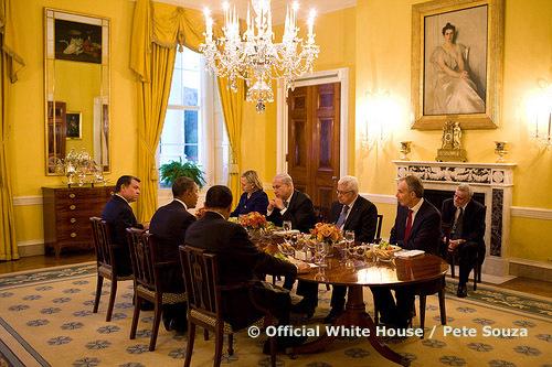 1er septembre 2010 : Mahmoud Abbas et Benyamin Neanyahu, côte à côte, réunis par Barack Obama, en présence de Hillary Clinton, du roi Abdullah II de Jordanie, de Tony Blair et du président égytien Hosni Mubarak.